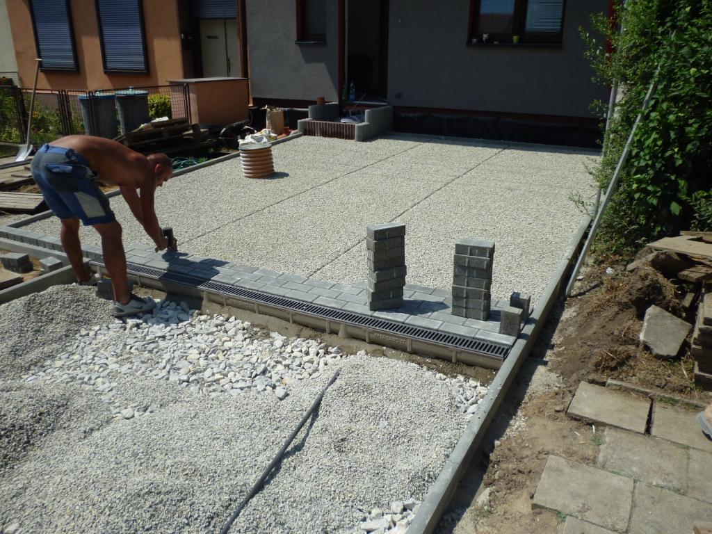 Položení zámkové dlažby